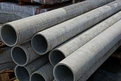 Grands longs tuyaux lavés gris dans le tas photo libre de droits