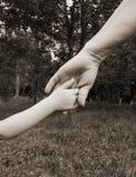 Grands-mères de main et enfant en bas âge images stock