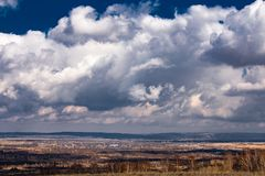 Grands nuages au-dessus de la terre photographie stock libre de droits