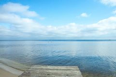 Grands nuages réfléchissant sur la surface douce de l'eau Jour sans vent chaud d'automne près du lac ou d'une mer images stock