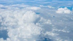 Grands nuages superbes sur le ciel Photo stock