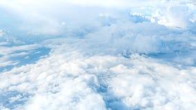Grands nuages superbes sur le ciel Image stock