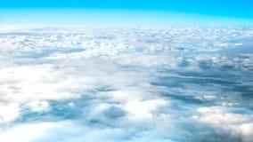 Grands nuages superbes sur le ciel Images stock