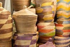 Grands paniers colorés fabriqués à la main sur un marché africain Photo stock