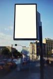 Grands panneaux d'affichage se tenant sur une intersection occupée Image libre de droits