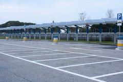 Grands panneaux solaires vides de parking Image stock