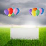 Grands papier blanc et ballons de couleur dans des domaines et Raincloud de riz Image stock