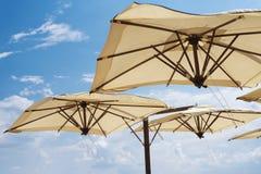 Grands parasols Échouez la saison, la période du repos et le voyage Place pour le texte Fond de ciel bleu Parapluies de plage du  images libres de droits