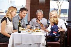 Grands-parents alimentant l'enfant Photos stock
