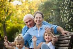 Grands-parents avec des petits-enfants de cutes images libres de droits