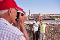 Grands-parents avec des vacances de famille de garçon au Cuba prenant la photo Images libres de droits
