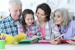 Grands-parents avec la petite fille mignonne faisant le travail Photographie stock