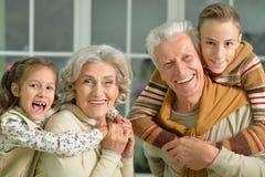 Grands-parents avec le portrait de petits-enfants Photos stock