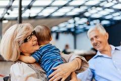 Grands-parents avec leur petit-fils au café Images stock