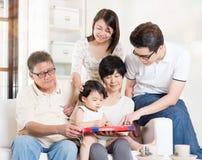 Grands-parents ayant l'amusement avec des progénitures Photos libres de droits