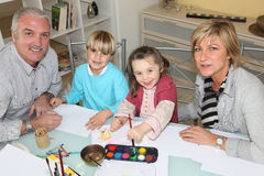 Grands-parents dessinant avec des petits-enfants Photo libre de droits