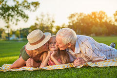 Grands-parents embrassant le granddauther Image stock