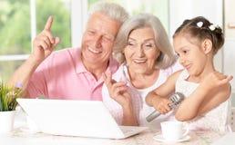 Grands-parents et karaoke de chant d'enfant Photo stock