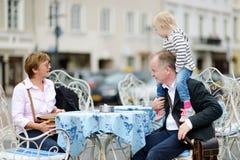 Grands-parents et leur petit-enfant en café extérieur Photo stock