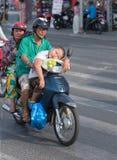 Grands-parents et petit-fils vietnamiens sur la motocyclette Photographie stock libre de droits