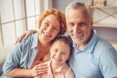 Grands-parents et petite fille à la maison Photo libre de droits