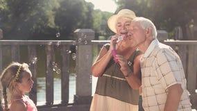Grands-parents et petite-fille dehors clips vidéos