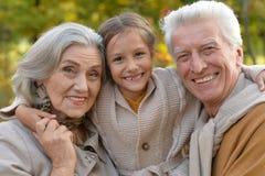 Grands-parents et petite-fille en parc Photos libres de droits