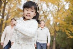 Grands-parents et petite-fille en parc Photo stock