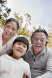 Grands-parents et petite-fille en parc Photographie stock