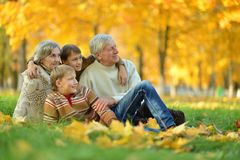 Grands-parents et petits-enfants images libres de droits