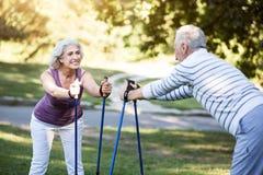 Grands-parents faisant des exercices de matin dans leur jardin Photos libres de droits