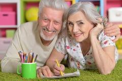 Grands-parents jouant avec le grandaughter Images libres de droits