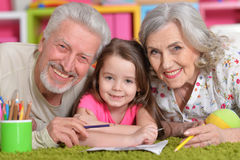 Grands-parents jouant avec le grandaughter Image stock