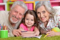 Grands-parents jouant avec le grandaughter Image stock