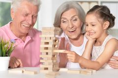 Grands-parents jouant avec sa petite petite-fille Photo libre de droits