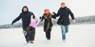 Grands-parents, père et fille, bras heureux de prise de famille et course ensemble Images stock