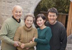 Grands-parents, petite-fille et mari de portrait de famille image libre de droits