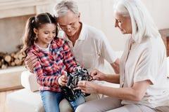 Grands-parents positifs passant le temps avec plaisir Image libre de droits