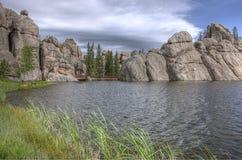 Grands piliers de roche par le lac image libre de droits
