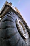 Grands pneu et chargeur de construction sous le ciel Images stock