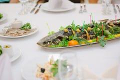 Grands poissons sur la table pendant l'événement de restauration Buffet de approvisionnement Image libre de droits