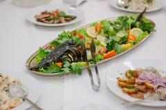 Grands poissons sur la table pendant l'événement de restauration Buffet de approvisionnement Photo stock