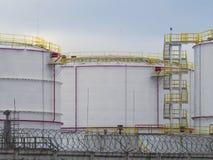 Grands réservoirs de carburant dans un secteur clôturé Images libres de droits