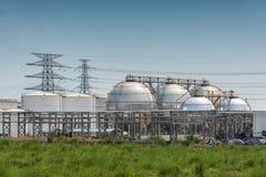 Grands réservoirs de stockage de pétrole industriels Photos stock