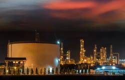 Grands réservoirs de stockage de pétrole industriels dans une raffinerie Images libres de droits