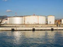 Grands réservoirs de stockage de pétrole dans le port pétrochimique, se reflétant dans l'eau Photographie stock libre de droits