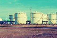 Grands réservoirs de stockage de pétrole industriels Images libres de droits