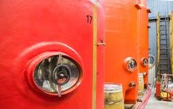 Grands réservoirs de vin rouge dans la cave photos libres de droits