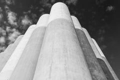 Grands réservoirs en béton pour le stockage des matériaux en vrac photographie stock libre de droits