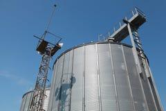 Grands réservoirs en métal et ciel bleu Image stock